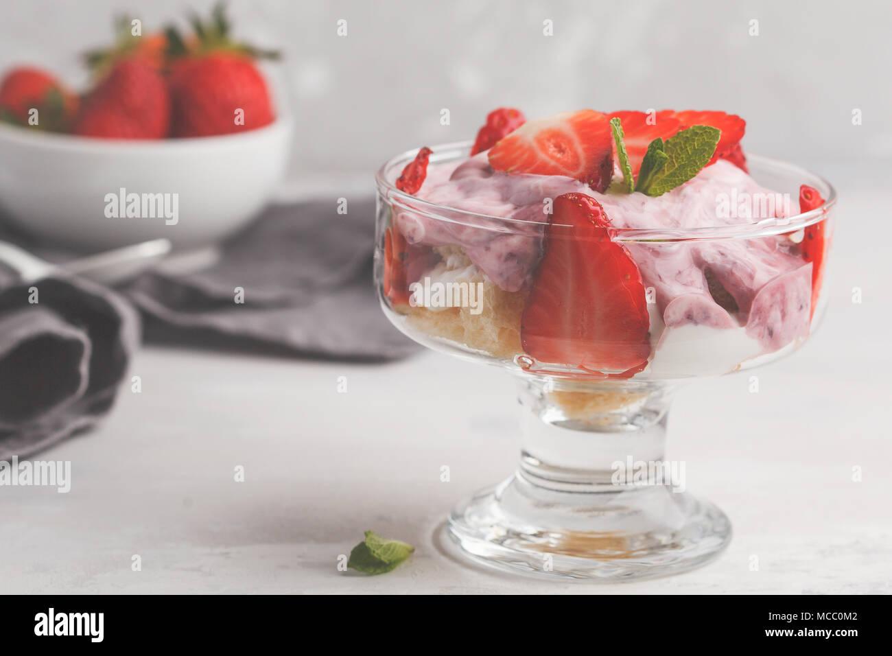Strawberry Dessert. Berry Kleinigkeit, Käsekuchen, Parfait. Berry Mousse in Glas auf einem hellen Hintergrund. Stockbild