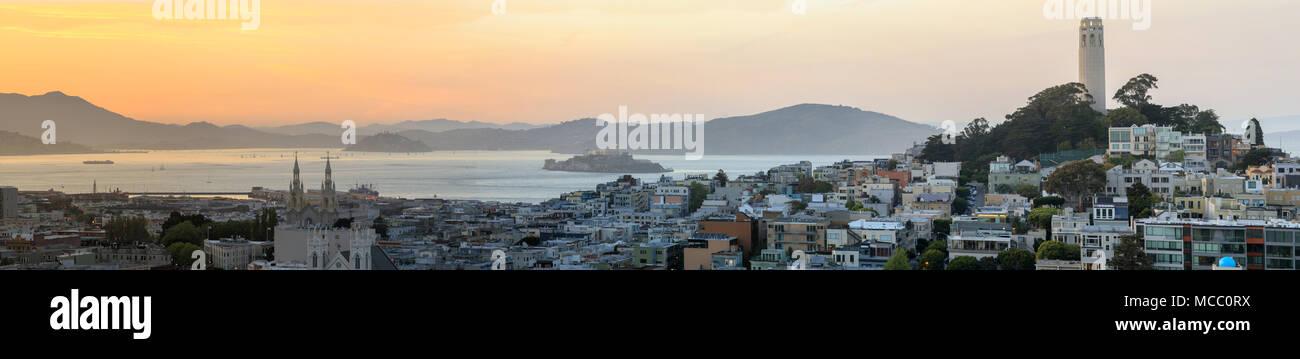 Sonnenuntergang mit Panoramablick auf Telegraph Hill und North Beach Nachbarschaften mit der Bucht von San Francisco, Alcatraz und Angel Inseln sowie Marin Headlands. Stockbild