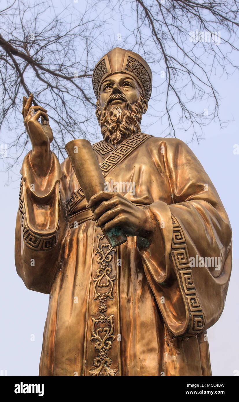 Gold-farbigen Skulptur eines katholischen Geistlichen Führer Stockbild