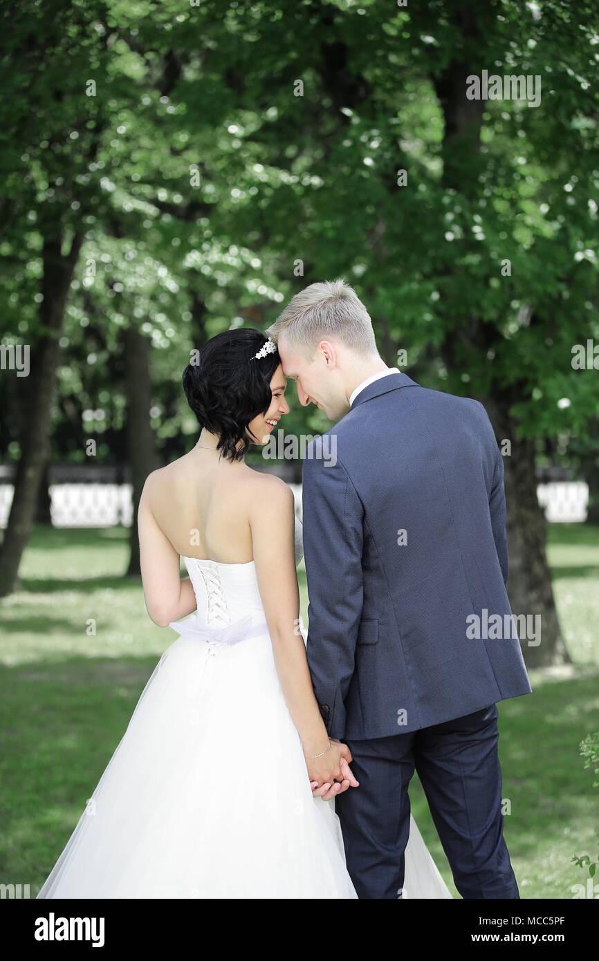 Braut und Bräutigam auf einem Spaziergang im Park Stockfoto