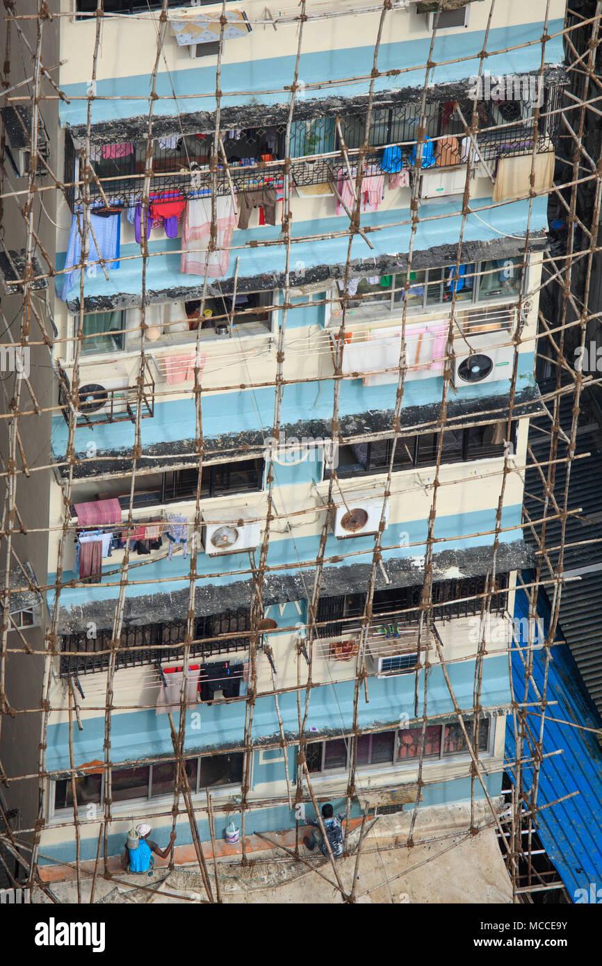 Erbauer Instandsetzung eines Gebäudes mit traditionellen indischen hölzernen Gerüst aus Holz Polen zusammen mit Seil, Malabar, Mumbai, Indien Stockbild