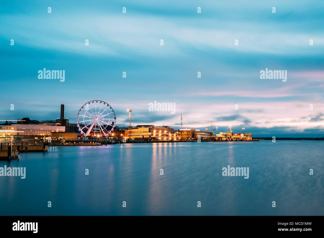 Helsinki, Finnland - 9. Dezember 2016: Blick auf den Bahndamm mit Riesenrad am Abend Nacht Illuminationen. Stockbild
