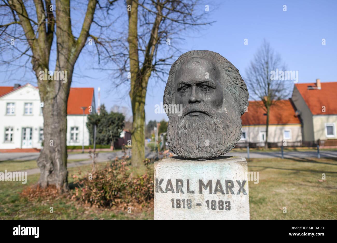 10 April 2018, Deutschland, Neuhardenberg: eine Büste von deutscher Philosoph, Ökonom und sozialen Theoretiker Karl Marx (Mai, 05 1818 - März 14 1883) ist auf dem Display. Die Stadt Neuhardenberg Marxwalde war zuvor bekannt als nach Karl Marx während der DDR-Zeit genannt. Foto: Patrick Pleul/dpa-Zentralbild/dpa Stockfoto