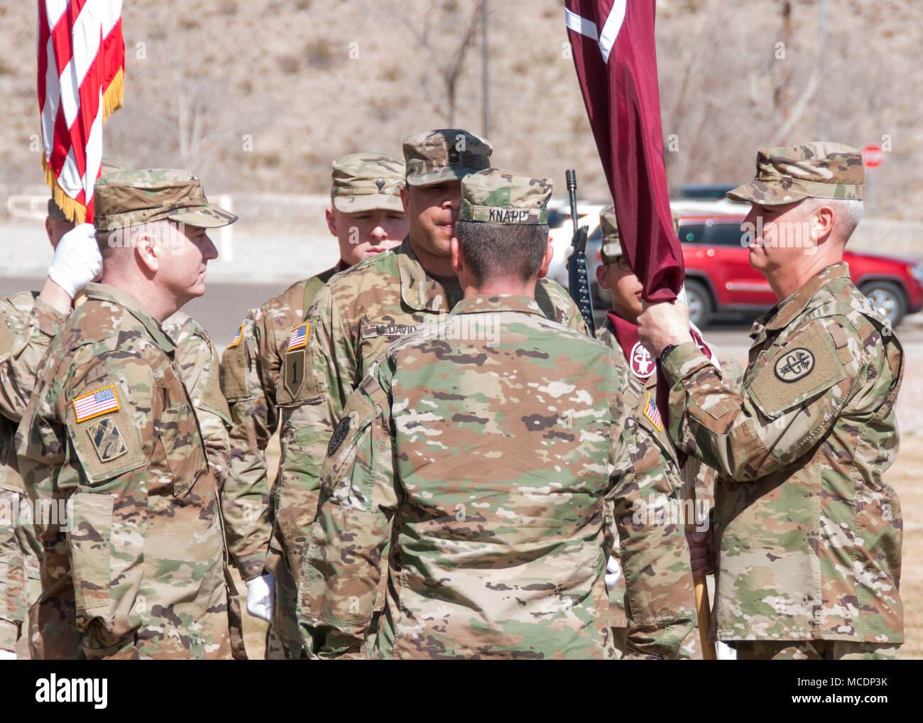 (Von links) den Befehl Sgt. Maj. William Vernon, eingehende command Sergeant Major, Truppe den Befehl, William Beaumont Army Medical Center, und Oberstleutnant Steven Knapp, Kommandeur der Truppe den Befehl, stehen an Aufmerksamkeit wie Command Sgt. Maj. Michael Fetzer (ganz rechts), ausgehende command Sergeant Major, empfängt das Gerät Farben bei einem Wechsel der Verantwortung Zeremonie, wo Fetzer Verantwortung von Truppe Befehl zu Vernon, verzichtet auf Wbamc, 24.02.13. Stockfoto