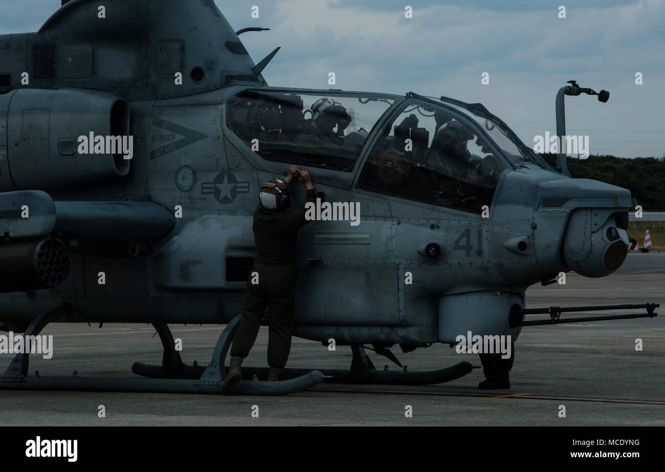 Kapitän Justin S. Morrison und Kapitän Kyle T. Myer machen Sie sich bereit für take-off in ein AH-1Z Viper, Sgt. Austin B. Shepard und Lance Cpl. Jesus Gallegos auf Fertig stellen, um den endgültigen vor während einer Schulungsveranstaltung auf der Marine Corps Air Station Futenma, Okinawa, Japan, 8. Februar, 2018. Die Piloten erhalten Flight Training beim Tragen der Gemeinsamen schützende Aircrew Ensemble (JPACE) und Atemschutz Ausrüstung. Die Schulungsveranstaltung wurde Piloten mit dem JPACE vertraut zu machen. Die JPACE wird den Schutz erhöhen über vorhandene Kleider beim verringern Wärmebelastung und Gewicht. Die Ausrüstung wird pro Stockbild