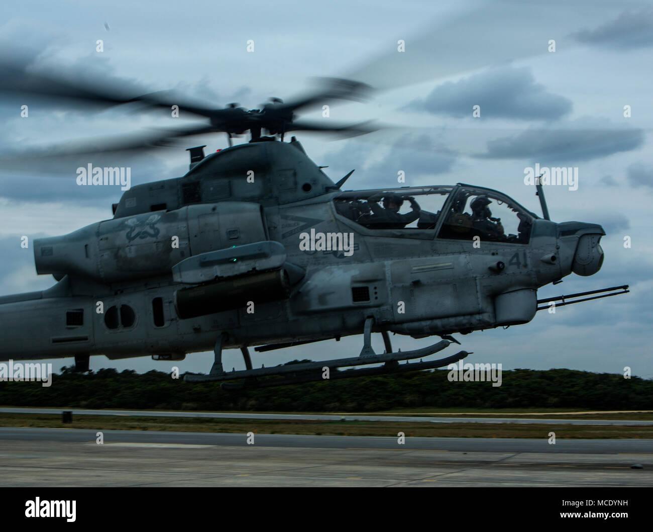 Kapitän Justin S. Morrison und Kapitän Kyle T. Myer startet in eine AH-1Z Viper beim Tragen der Gemeinsamen schützende Aircrew Ensemble (JPACE) und Atemschutz Ausrüstung während einer Schulungsveranstaltung auf der Marine Corps Air Station Futenma, Okinawa, Japan, 8. Februar, 2018. Die Schulungsveranstaltung wurde Piloten mit dem JPACE vertraut zu machen. Die JPACE wird den Schutz erhöhen über vorhandene Kleider beim verringern Wärmebelastung und Gewicht. Die Geräte werden chemische Schutz gegen alle Flüssigkeit, Partikelfilter, Dampf und Aerosol aus chemischen, biologischen, radiologischen und nuklearen Substanzen. Morrison und M Stockbild