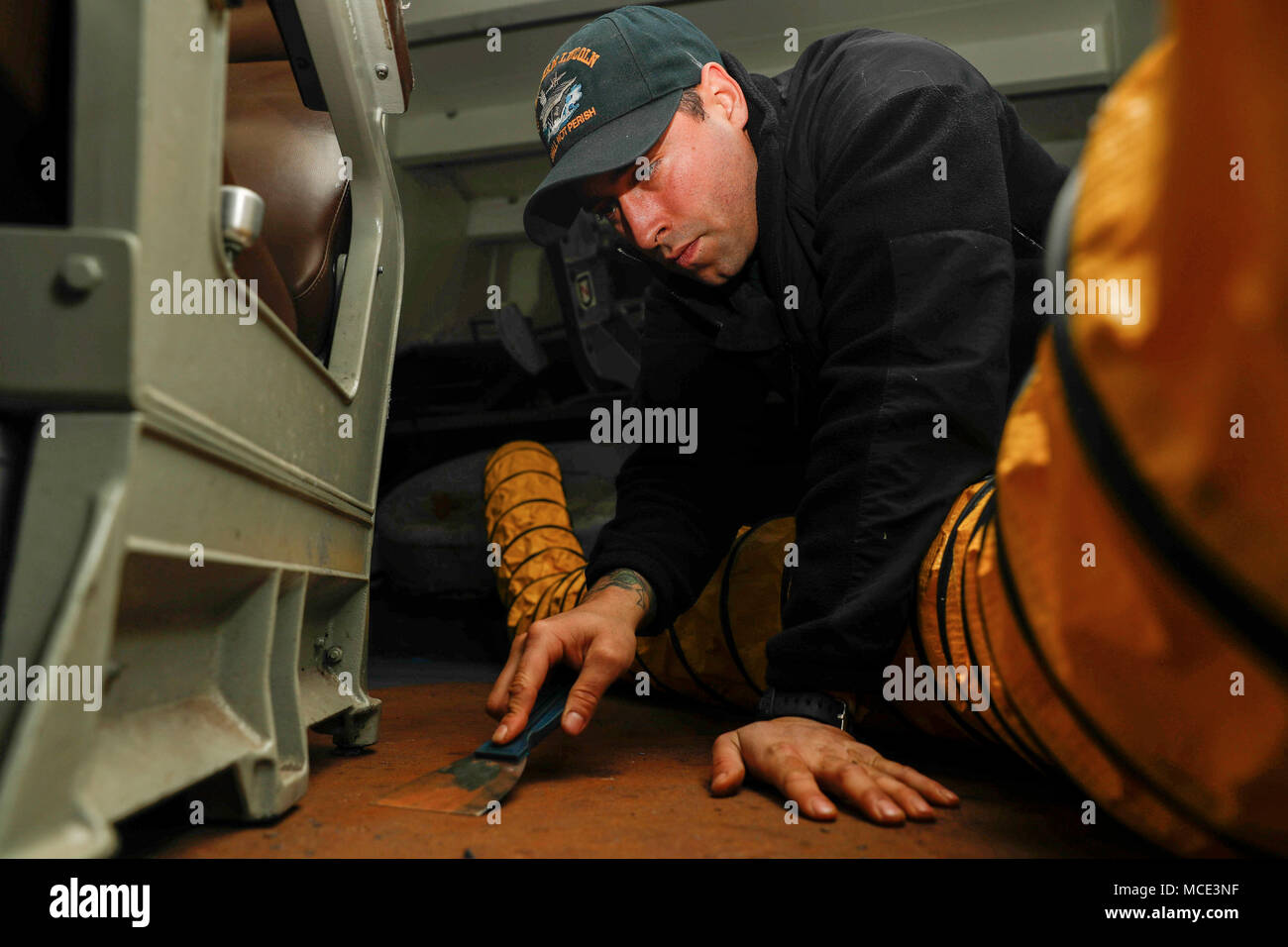 180226-N-EN 275-0022 NORFOLK (Feb. 26, 2017) Seemann Tyler Devries bereitet das Deck im Vorschiff für rutschfeste Anwendung an Bord der Nimitz-Klasse Flugzeugträger USS Abraham Lincoln (CVN 72). (U.S. Marine Foto von Mass Communication Specialist 3. Klasse Jacob Smith/Freigegeben) Stockfoto