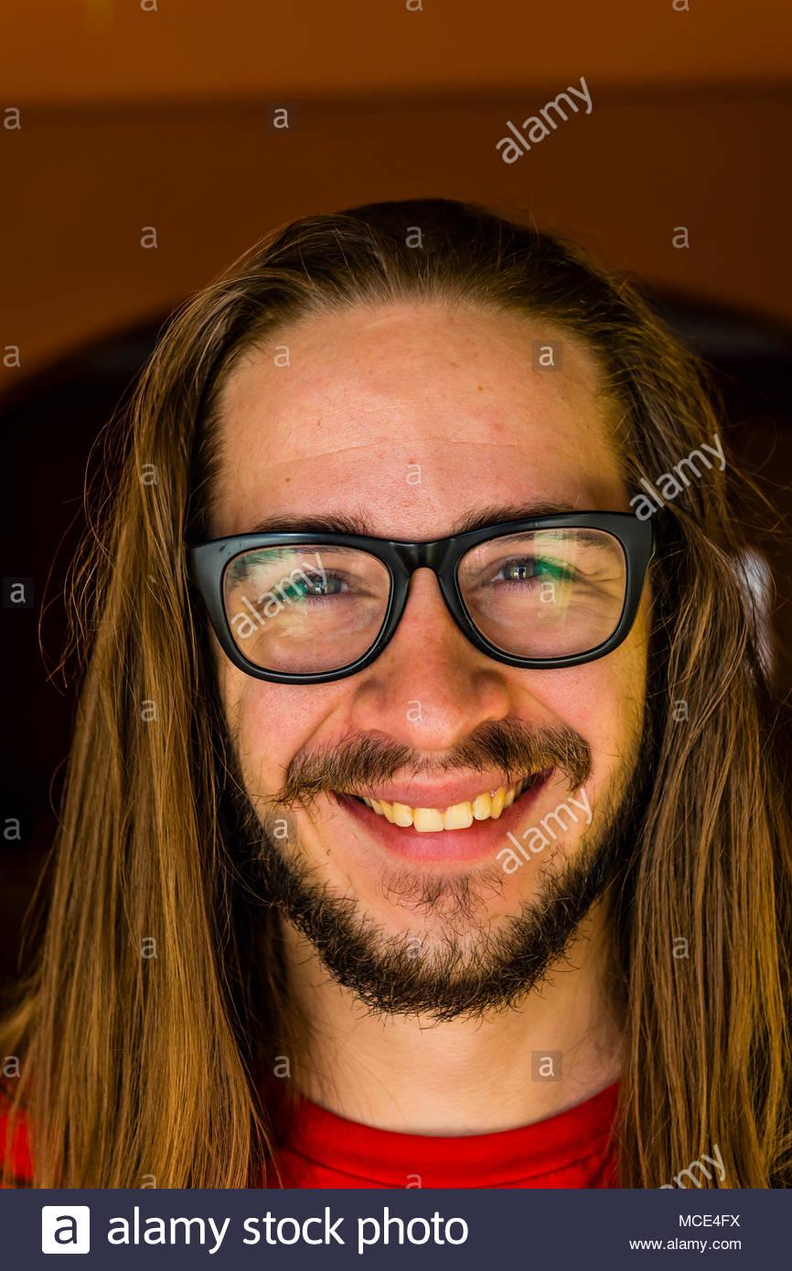 Eine vor dem Bild eines 24 Jahre alten Mannes, bevor er eine extreme Haarschnitt, einschließlich einen langen pferdeschwanz für Nächstenliebe. Littleton, Colorado, USA. Stockbild