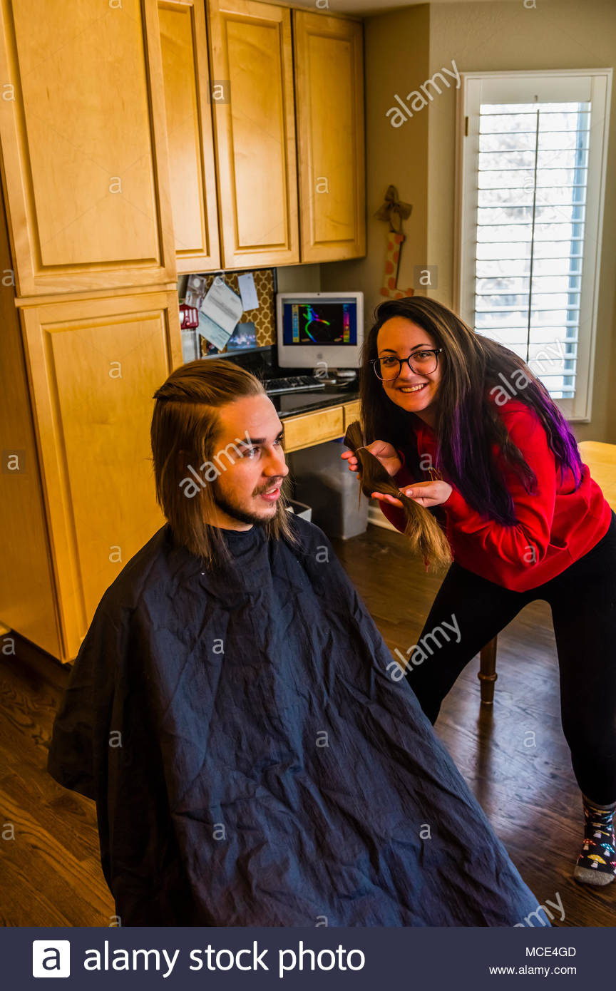 Ein 24 Jahre alter Mann in einer extremen Haarschnitt, einschließlich einen langen pferdeschwanz für Nächstenliebe. Littleton, Colorado, USA. Stockbild