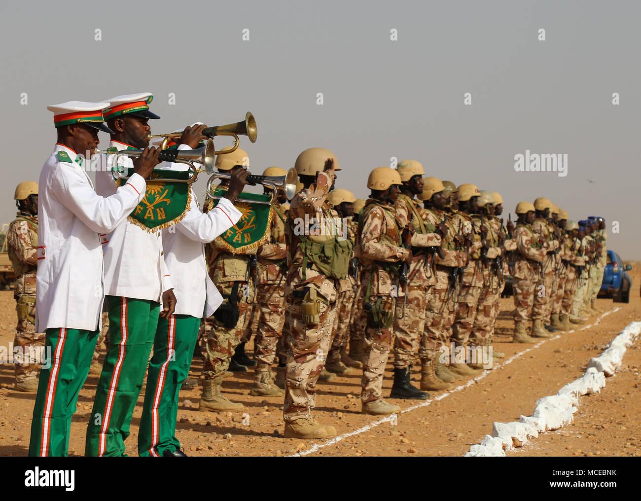 Soldaten der Streitkräfte Armiees Nigeriennes in der Eröffnungsfeier der Musketen 2018 Agadez, Niger am 11 April, 2018 teilnehmen. Flintlock US Africa Command's Premier und größte jährliche Spezialeinsatzkräfte trainieren. Stockbild