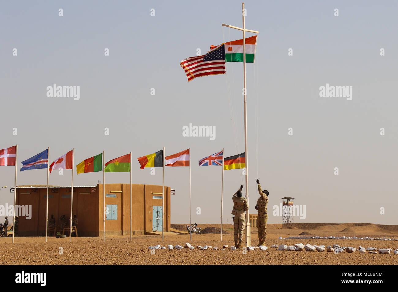 Nigrischen und amerikanische Flaggen sind bei der Eröffnung der Musketen 2018 Agadez, Niger am 11. April 2018 angesprochen. Flintlock US Africa Command's Premier und größte jährliche Spezialeinsatzkräfte trainieren. Stockbild