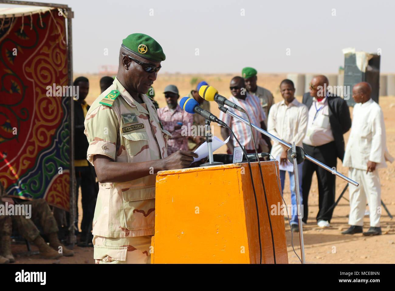 Oberst Oumarou Aboubacar, Kommandant der Zone, Forces Armees Nigeriennes spricht bei der Eröffnung der Musketen 2018 in Agadez, Niger am 11. April, 2018. Rund 1.900 Service Mitglieder von mehr als 20 afrikanischen und westlichen Partner Nationen beteiligen sich an Musketen 2018 an mehreren Standorten in Niger, Burkina Faso und Senegal. Stockbild