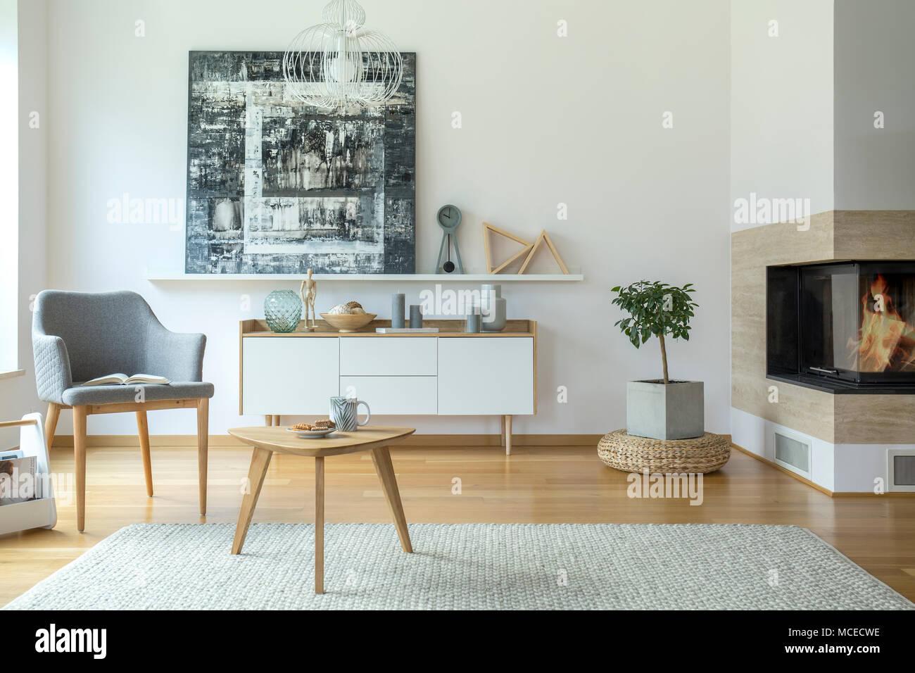 Grau Sessel In Der Nahe Eines Holzernen Tisch Im Wohnzimmer