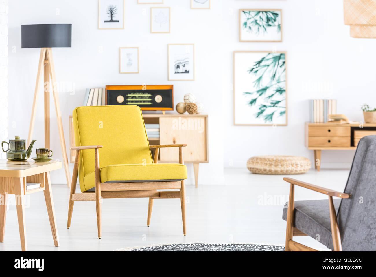 Gelbe Sessel Neben Holztisch Mit Wasserkocher In Retro Wohnzimmer Mit Radio Auf Schrank Stockfotografie Alamy