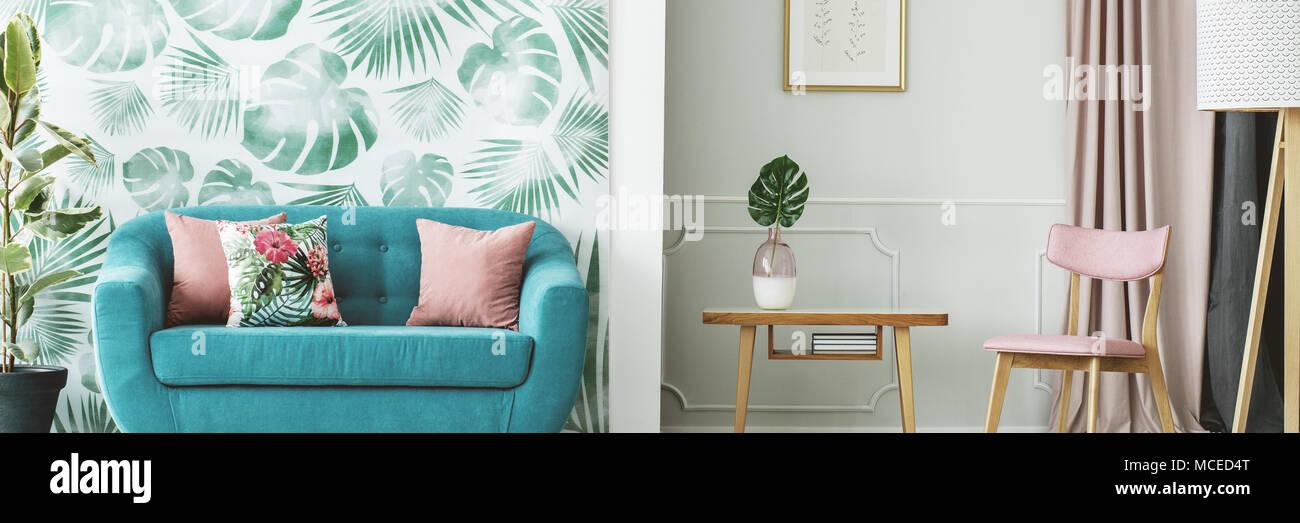 Türkis Sofa von einem Blätter Tapeten und einem Holztisch in einem ...