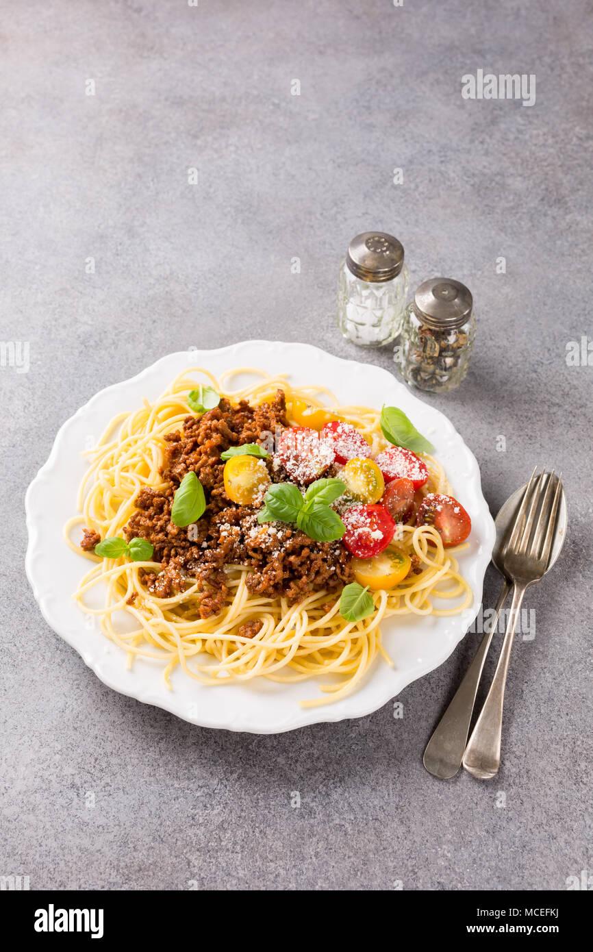 Spaghetti Bolognese überbacken mit Hackfleisch Stockbild