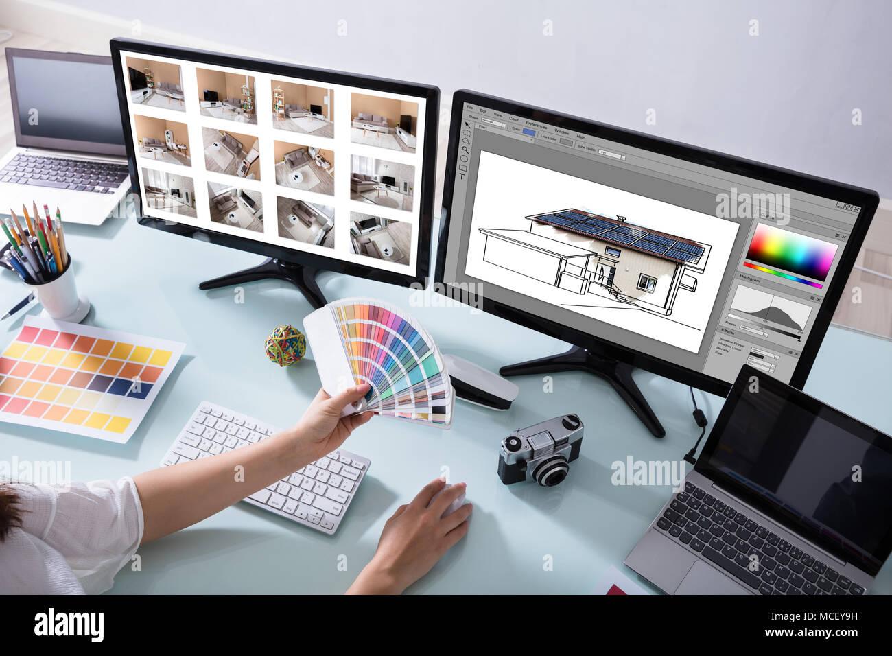 Hohe Betrachtungswinkel eines weiblichen Designer arbeiten an Farbauswahl für Haus Stockbild
