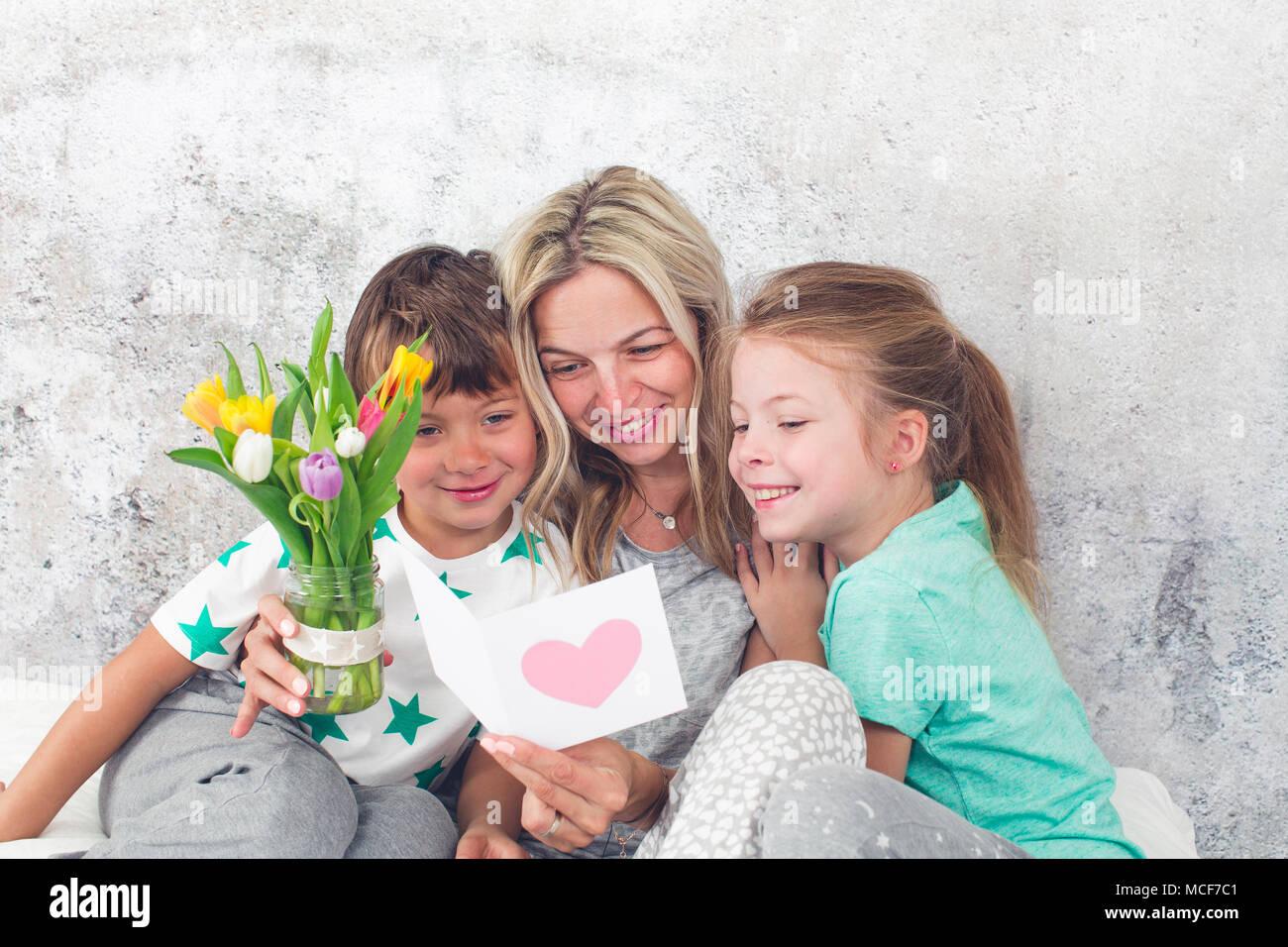 Glückliche Familie - Kinder gratulieren am Muttertag Stockbild