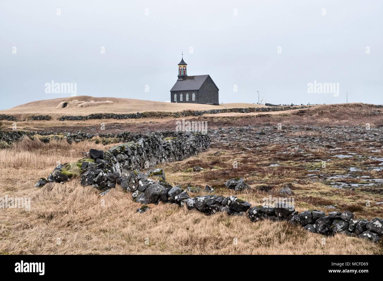 Auf der Halbinsel Reykjanes, Island. Kirche, hvalsnes (Hvalsneskirkja), Sandgerði, 1887 von schwarzen Basaltstein gebaut Stockbild