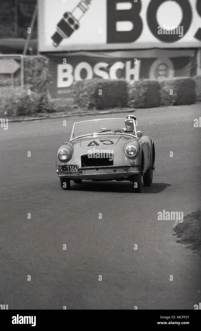 1960, historische, eine Straße Sport Auto um eine Rennstrecke gefahren wird. Die Nummer lautet S-7077. Die US-Streitkräfte in Deutschland. Stockbild