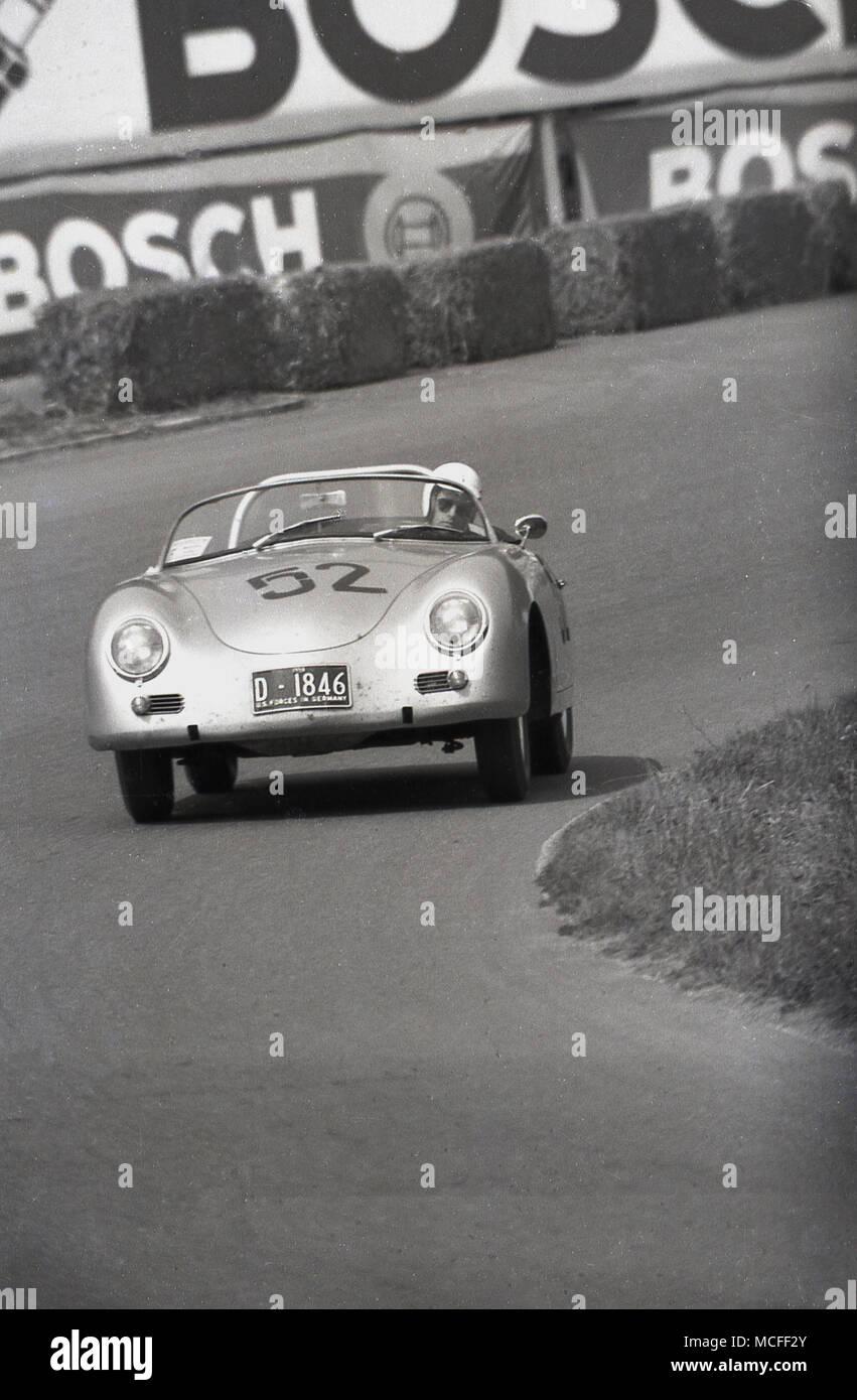1960, historische, Porsche Auto um eine Rennstrecke, Deutschland gefahren wird. Stockbild