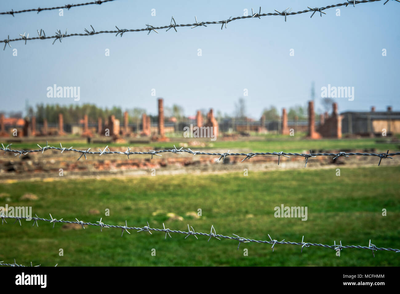 Elektrische stacheldrähte der deutschen nationalsozialistischen Konzentrations- und Vernichtungslager von Auschwitz Birkenau Weltkulturerbe, Polen Stockbild