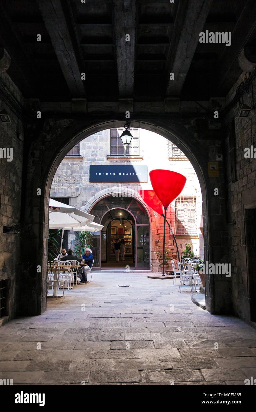 Eingang und Innenhof der Fundacio Kaspar im Gotischen Viertel (Barri Gòtic) in Barcelona, Spanien Stockbild