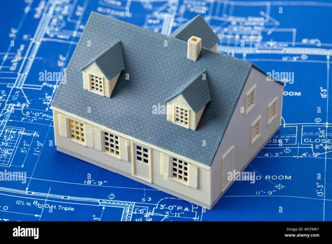 Papier Blue Prints und kleines Modell Haus. Stockbild