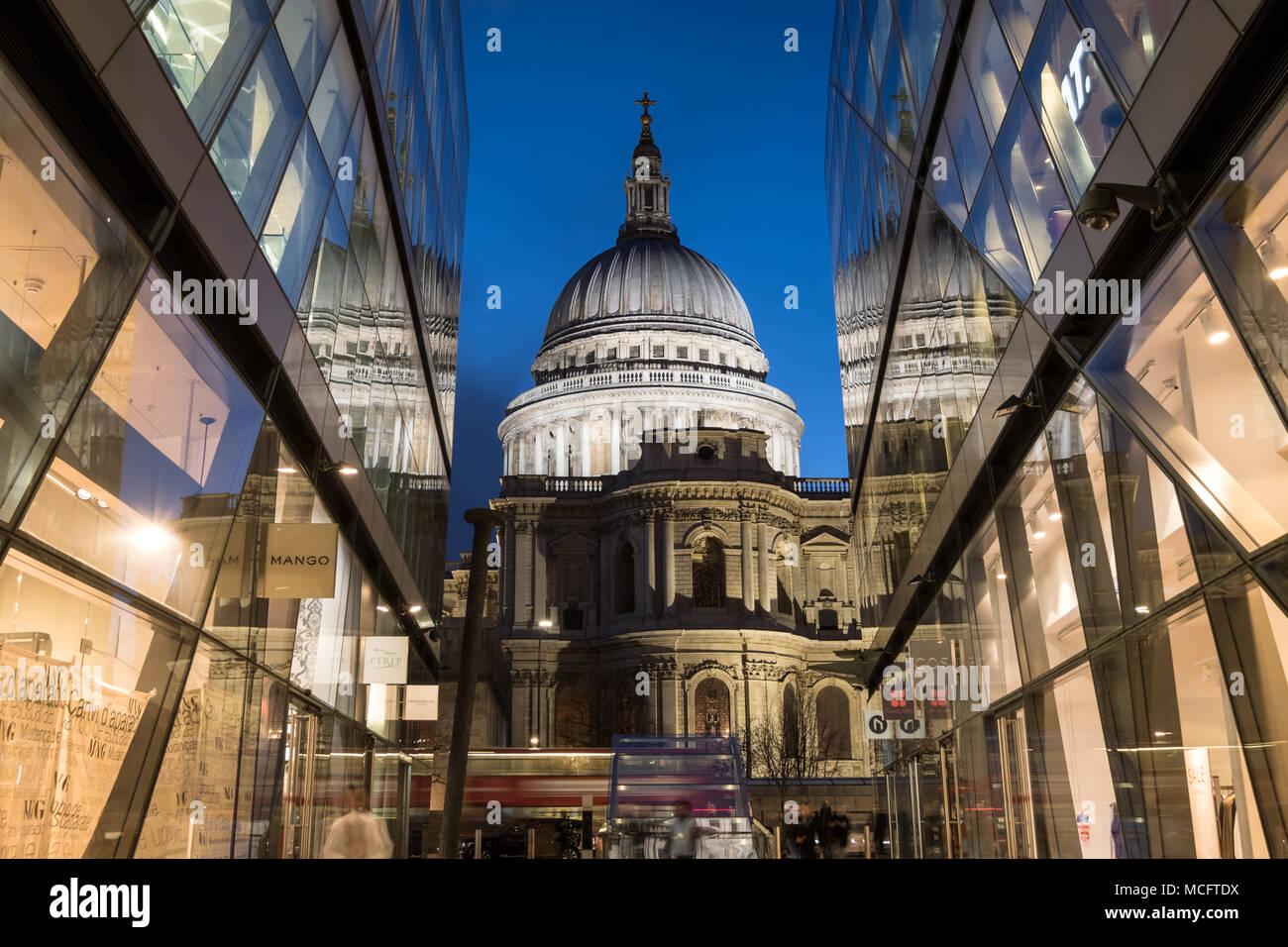 Blick auf die Kuppel der St. Paul's Kathedrale. An der Blauen Stunde von einem Neuen Change, London UK fotografiert. Stockbild