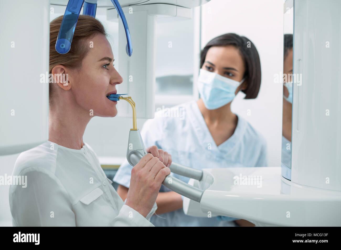 Wundervolle Zahnarzt ihre Patienten beobachten Stockbild