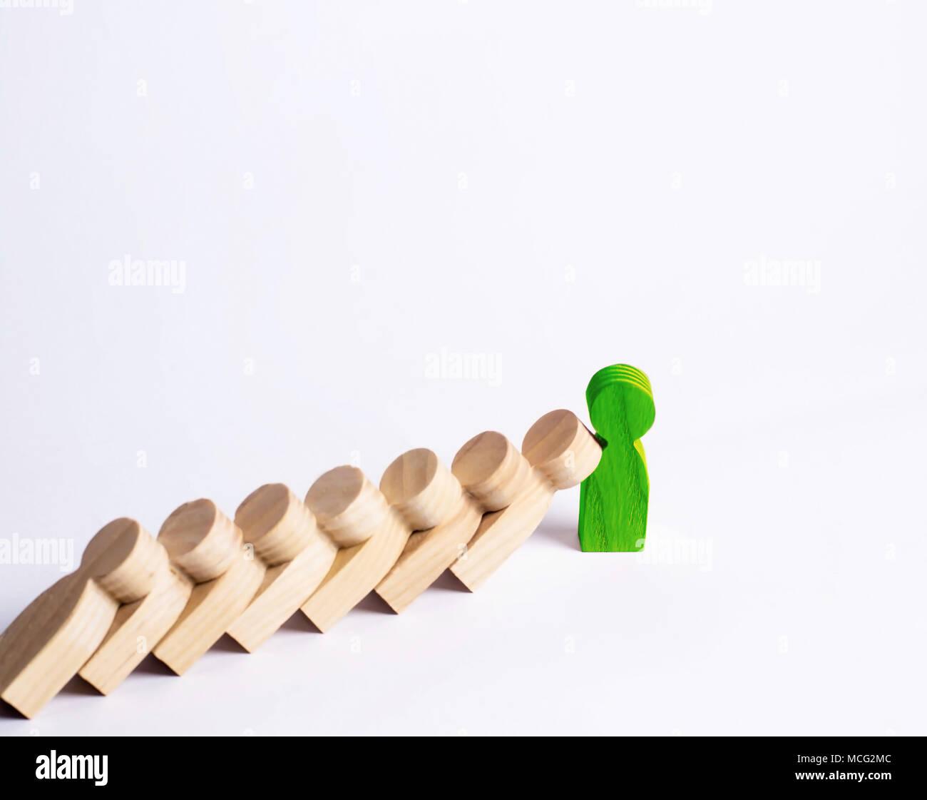 Die Menschen in der Linie fallen wie Dominosteine. Green Man stoppt den Sturz des Menschen wie Dominosteine. Das Konzept der Haltbarkeit und Festigkeit, Geschäftsideen. Willenskraft, Stockbild