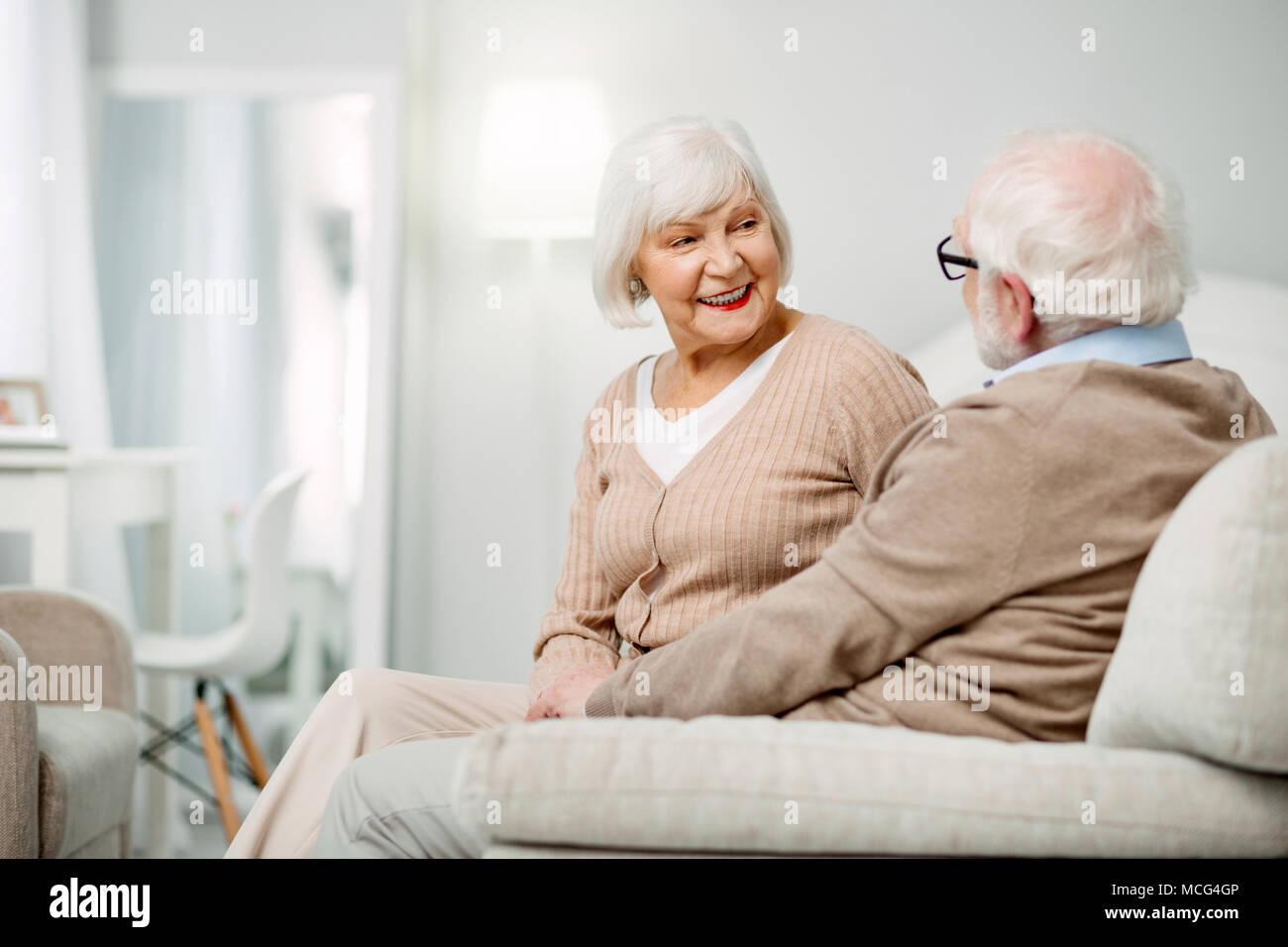 Freuen gealterte Frau an ihrem Ehemann suchen Stockbild