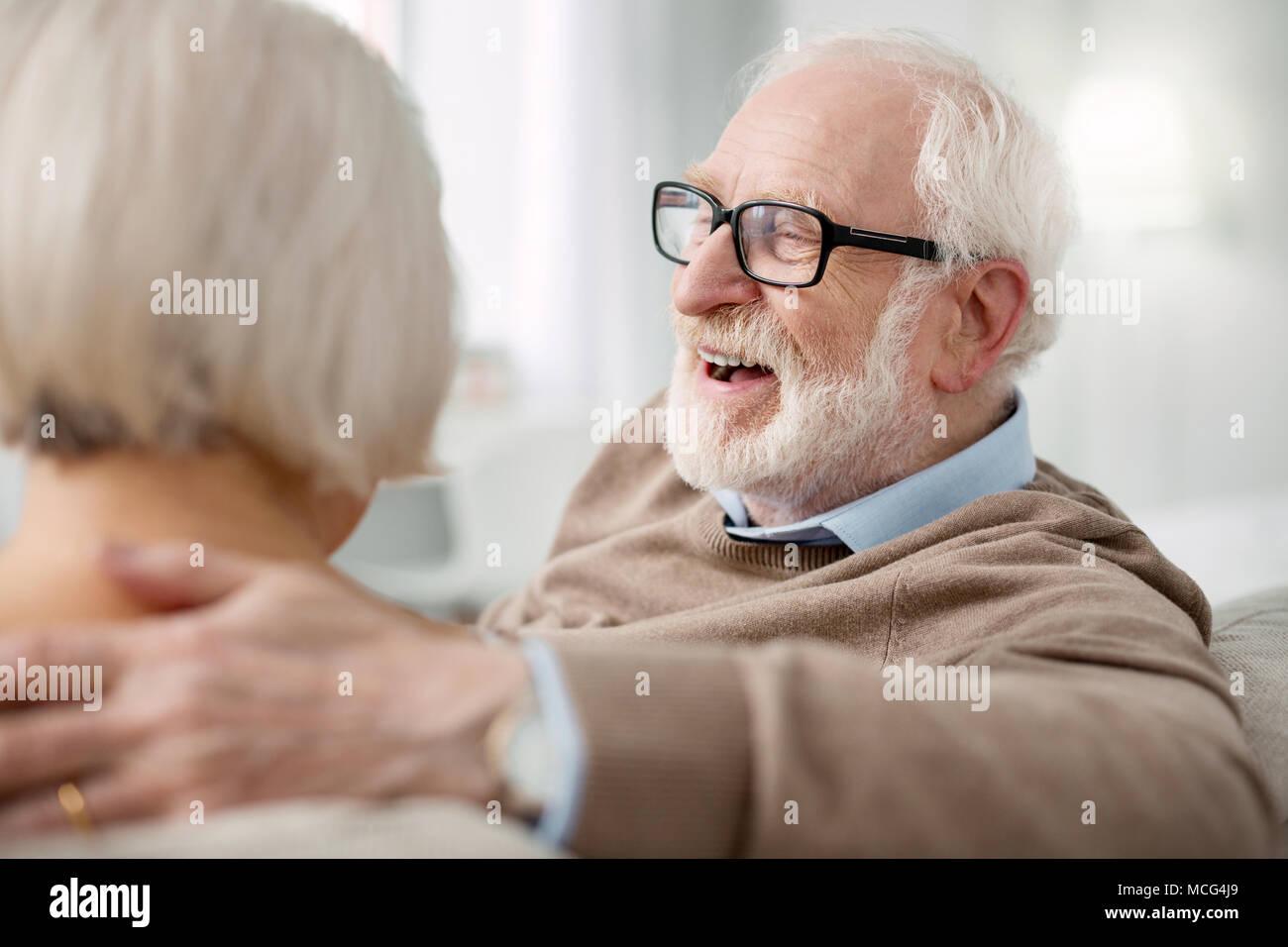 Netter älterer Mann seine Gefühle zeigen Stockbild