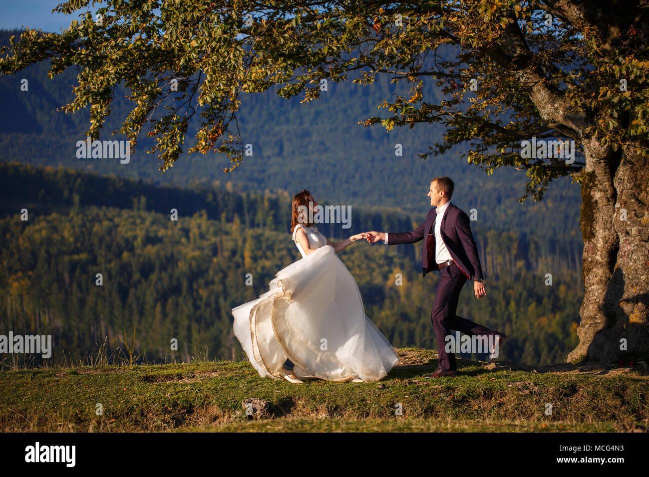 Braut und Bräutigam in den Karpaten, Berge, Stockfoto