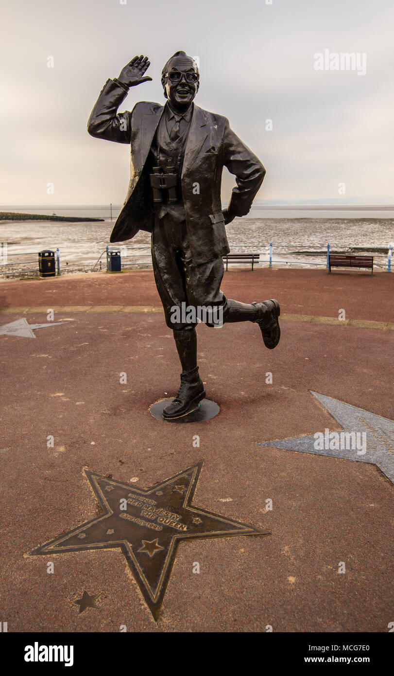Statue von Eric Morecambe auf Morecambe Promenade. In Morecambe, England, Großbritannien am 11. April 2018 berücksichtigt. Stockbild