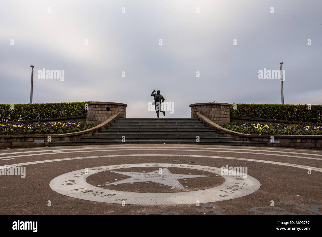 Sillhoutte von Eric Morecambe Statue auf Morecambe Promenade. In Morecambe, England, Großbritannien am 11. April 2018 berücksichtigt. Stockbild