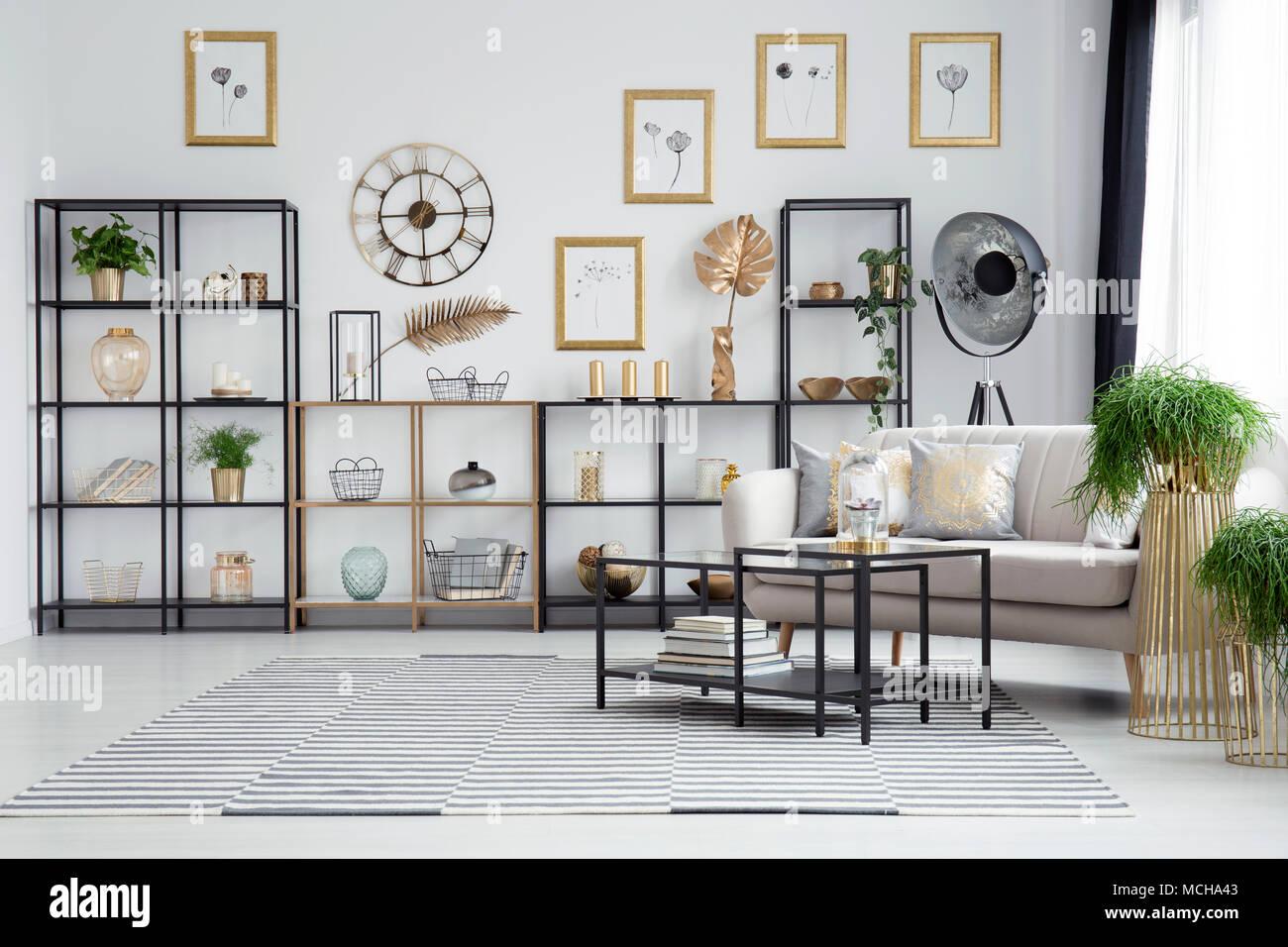 Schwarz Tisch Neben Couch Und Pflanzen Im Wohnzimmer Innenraum Mit Rundem  Gold Uhr Auf Der Wand über Regale