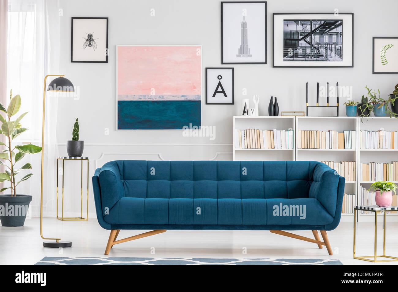 Bequem Blaue Couch In Weiss Wohnzimmer Interieur Mit Bucherregal Und