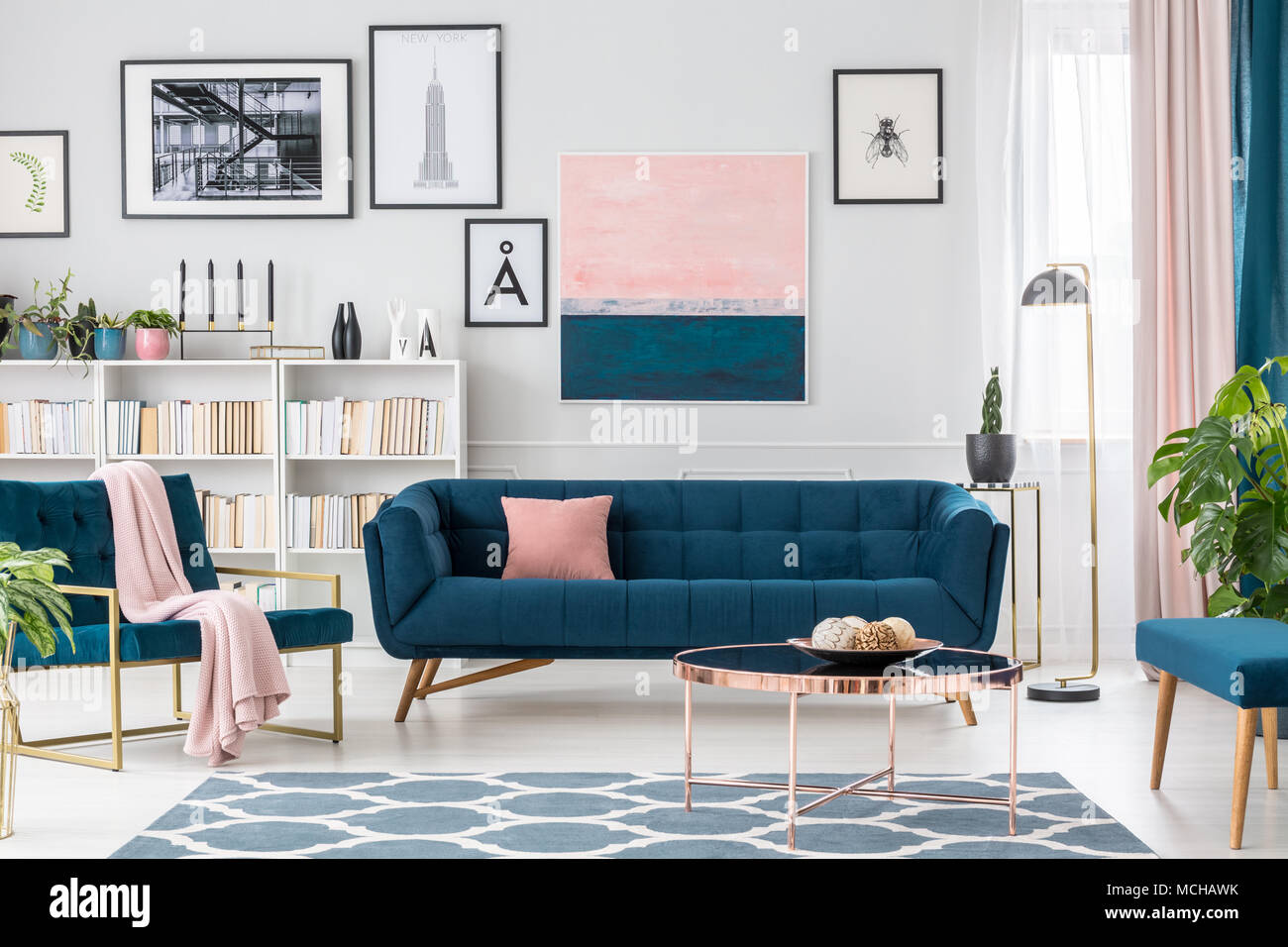 Modernes Wohnzimmer Innenraum Mit Blauen Sofa, Teppich, Kunstsammlung Und  Rosa Details