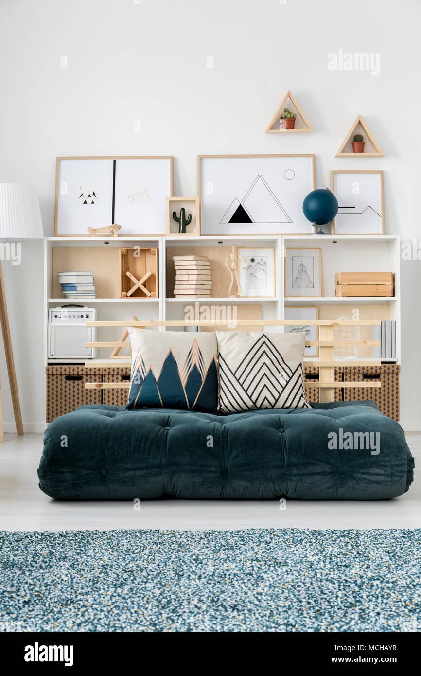 Einfache Wohnzimmer Einrichtung mit grünen Futon statt einem Sofa ...