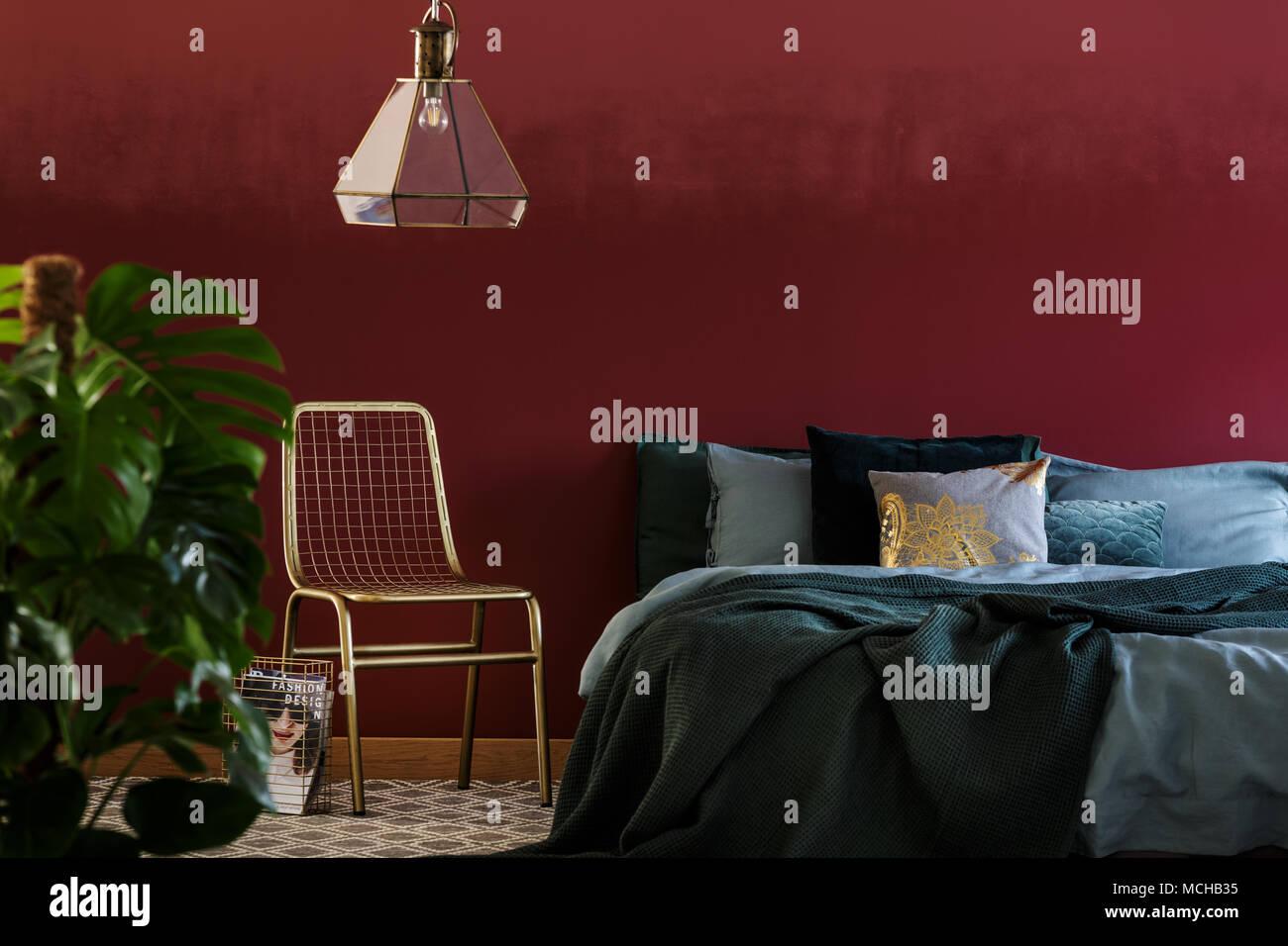 King Size Bett Mit Grauer Bettwasche Und Vielen Kissen Im