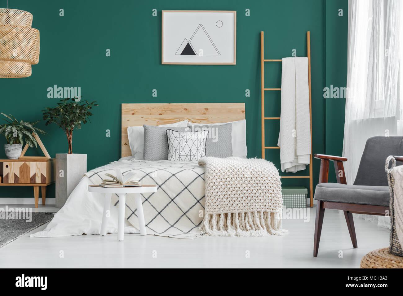 Poster auf grüne Wand über dem Bett im Schlafzimmer Innenraum mit ...