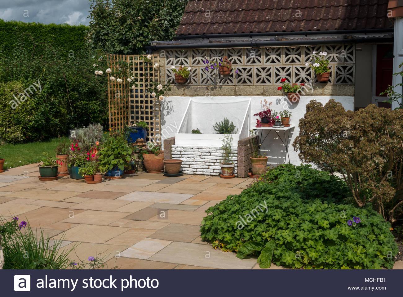 Wohn Gepflasterte Terrasse Mit Gepflanzt Grenzen Blumentopfe Und