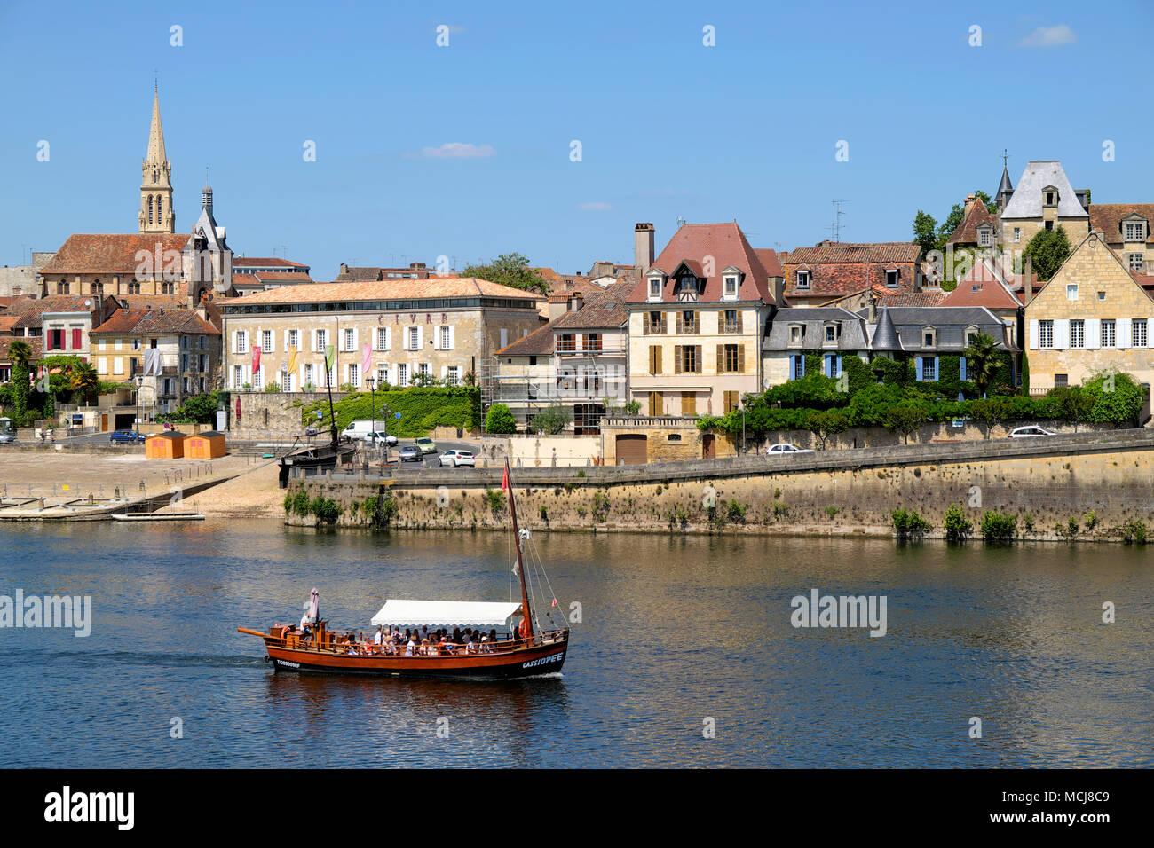 Traditionelle barge Bootsfahrt auf dem Fluss Dordogne, Bergerac, Nouvelle-Aquitaine, Frankreich Stockbild
