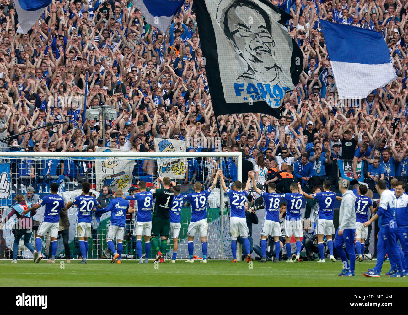 schalke 04 fans stockfotos schalke 04 fans bilder alamy. Black Bedroom Furniture Sets. Home Design Ideas
