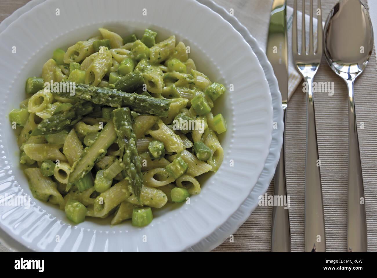 Kurze Nudelgericht mit Spargel und Spargel Sahne 8. Stockbild