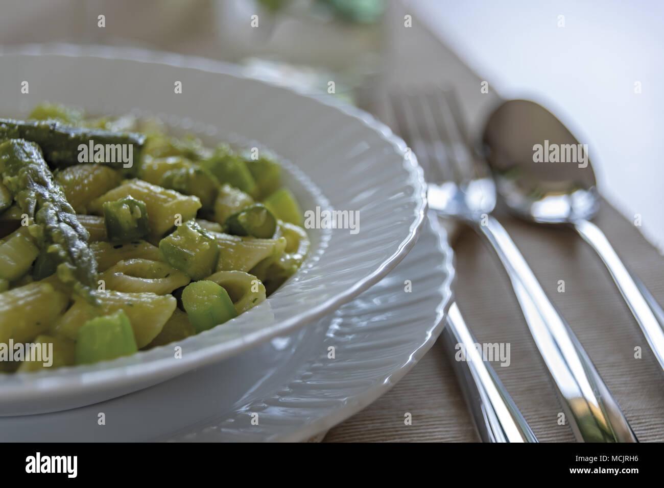 Kurze Nudelgericht mit Spargel und Spargel Creme 14. Stockbild