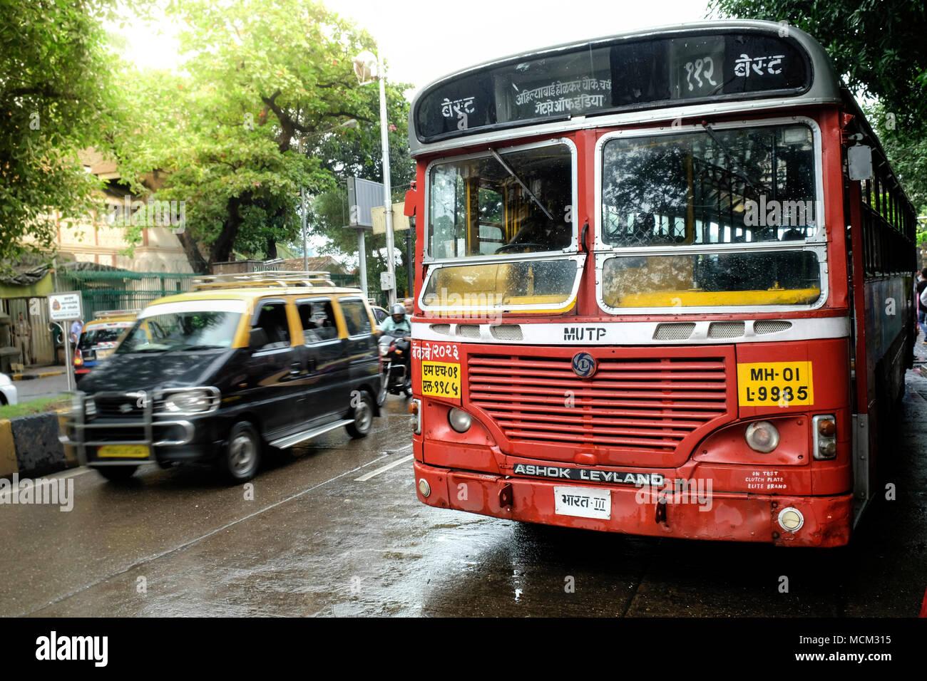 Eine Brihanmumbai Stromversorgung und Verkehr (BEST) Ashok Leyland Bus am Nariman Point geparkt, Colaba, Mumbai Stockbild