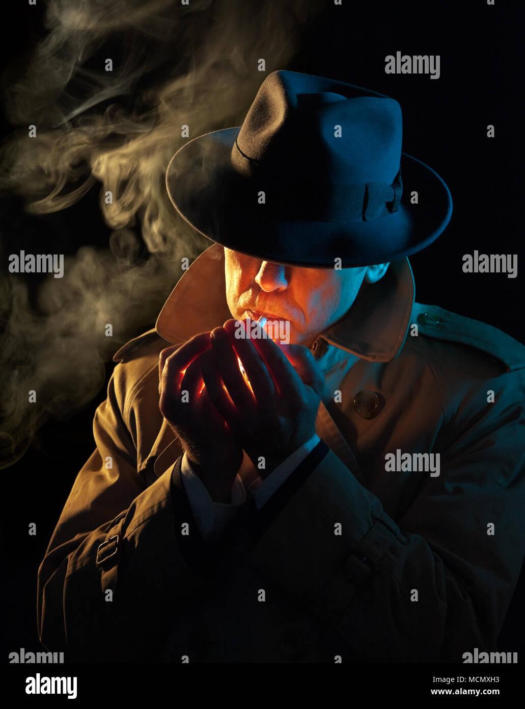 Privatdetektiv eine Zigarette, Film Noir Stil Stockbild