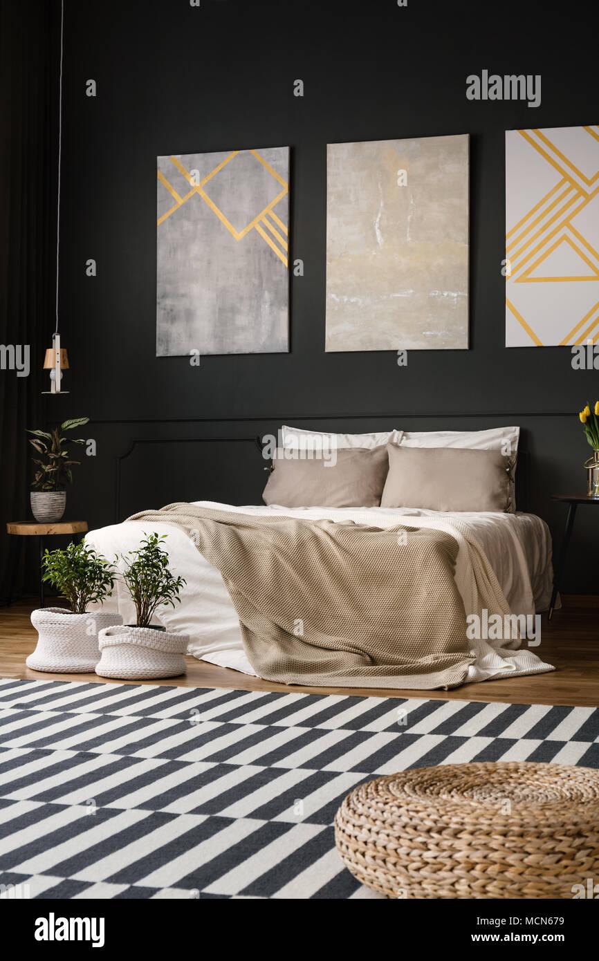 Retro Schlafzimmer Innenraum mit Teppich mit Bett und Pflanzen in ...